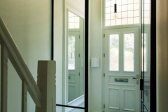 Stalen deur en zijlicht entree